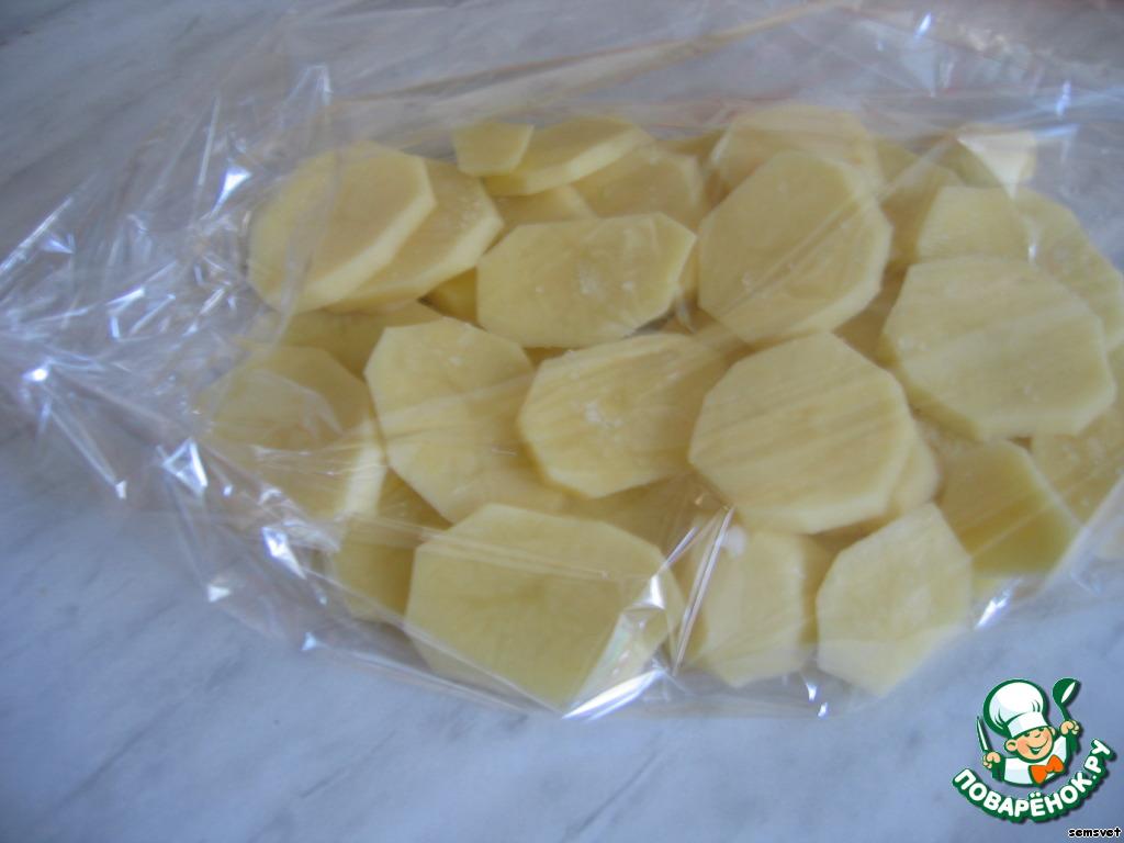 Положить картошку в рукав, равномерно распределить в 1-2 слоя.   Сверху немного посолить.