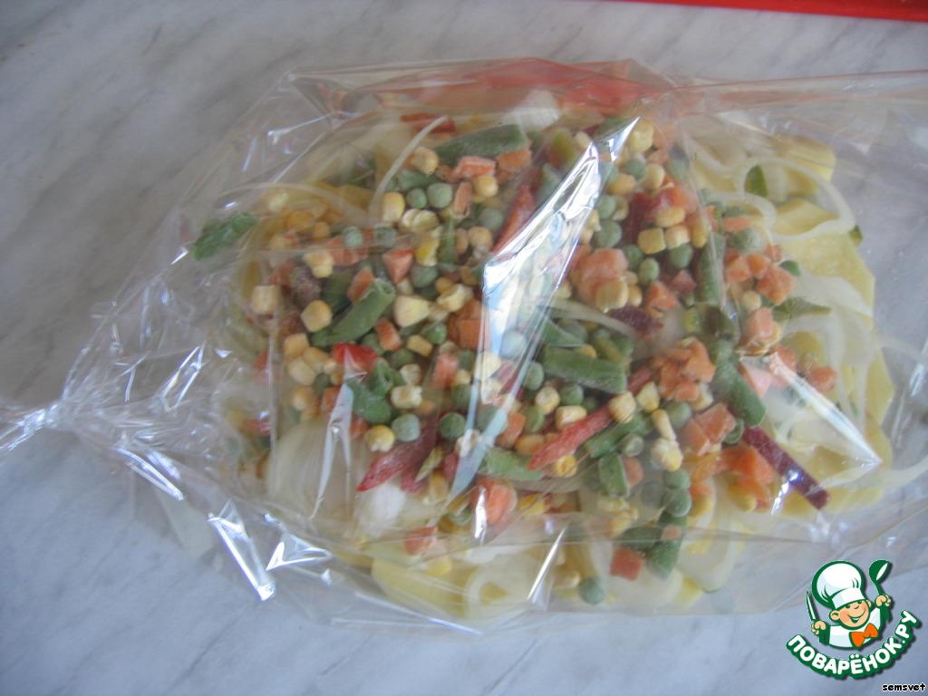 На лук высыпать замороженную овощную смесь (не размораживать!). Немного посолить.