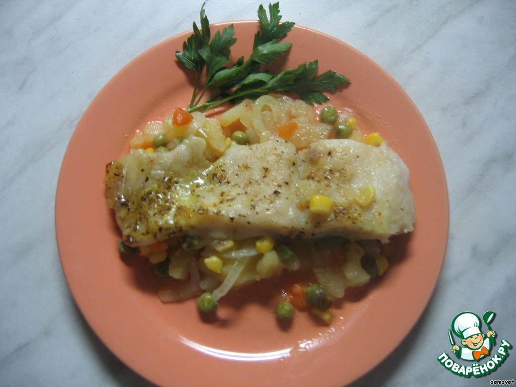 Готовую рыбку и овощи выложить на разные половинки одного блюда.    Или по порционным тарелочкам. И сразу же подать на стол!     Выкладывать лучше ложкой, осторожно, чтобы не проколоть дно пакета (на дне много рыбно-овощного сока), тогда противень останется совершенно чистым.     Оставшимся соком можно полить рыбку сверху, получится ещё более сочно. Но если Вы следите за фигурой или избегаете жирной пищи, лучше этого не делать, просто вылейте этот сок.