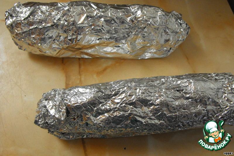 Сделать из фольги конверты и запечь кукурузу в духовке в течение 15-20 минут, до готовности.