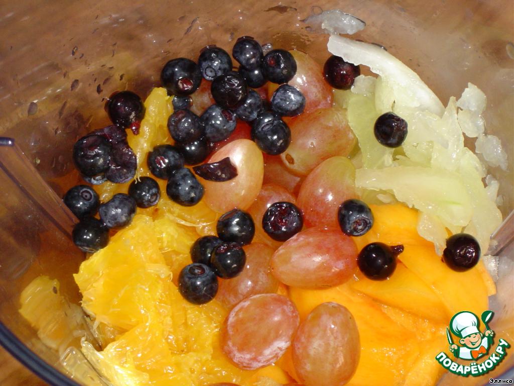 Сосуд готов и мы приступаем к приготовлению коктейля.    В блендер кладем дыню, очищенный и измельченный персик, апельсин (очищенный от цедры), виноград, чернику,