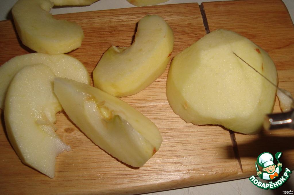 Яблоки почистили от кожуры и удалили сердцевину. Режем на дольки. Я немного зарапортовалась и начала резать на треугольные дольки, лучше резать на плоские - удобнее будет жарить.