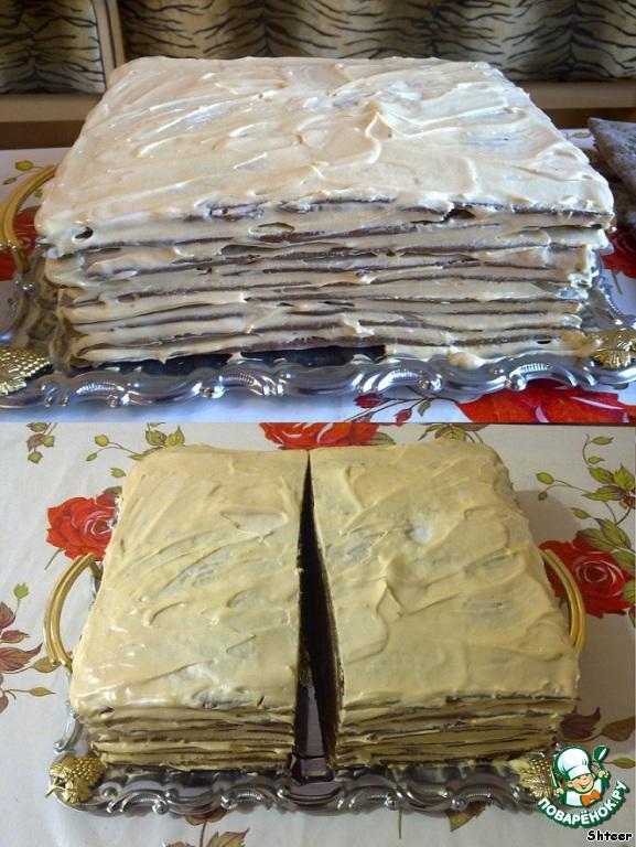 Промазываем наши коржи кремом. Я промазал 10 коржей, отложив один на запас. Кто не хочет возиться с леопардом - на этом наш торт считаем готовым, украшаем его по желанию и даем пропитаться на протяжении 4-6 часов в холодильнике.    Торт получается очень большой - минимум 4-5 килограмм... при желании можно пропорционально уменьшить составляющие рецепта.        Кто не хочет на этом останавливаться - едем дальше. Даем торту настояться, пропитаться кремом в течение 4-6 часов и начинаем кроить!     Режем наш торт поперек на две половины.