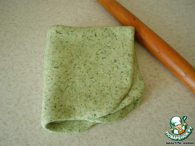 Сложим конвертом, снова раскатаем. Проделаем эту процедуру трижды.   Это нужно для того, чтобы тесто было слоистым.