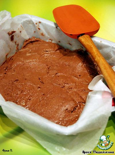 Духовку разогреть до 180*С,    прямоугольную форму застелить пергаментом, выложить тесто и выпекать 10 минут.