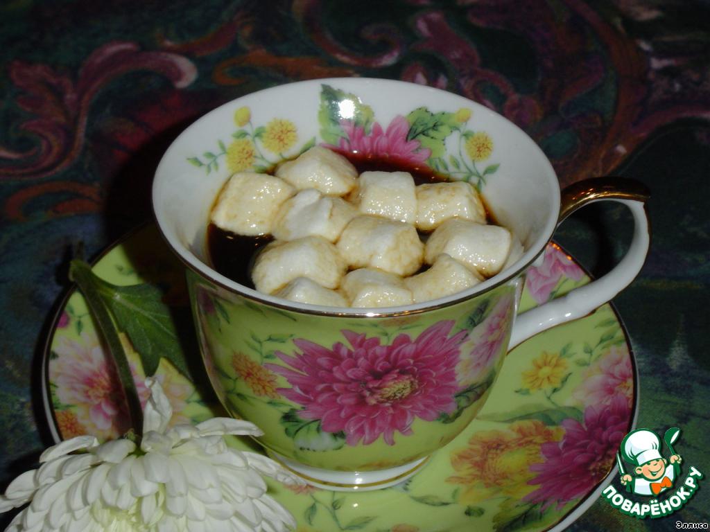 Варим кофе, наливаем в чашку, сверху кладем несколько маршмеллоу.