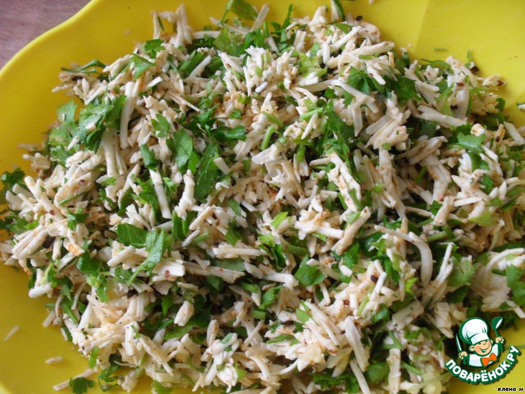 Зелень петрушки мелко нарезать, добавить к тертому сыру, перемешать.