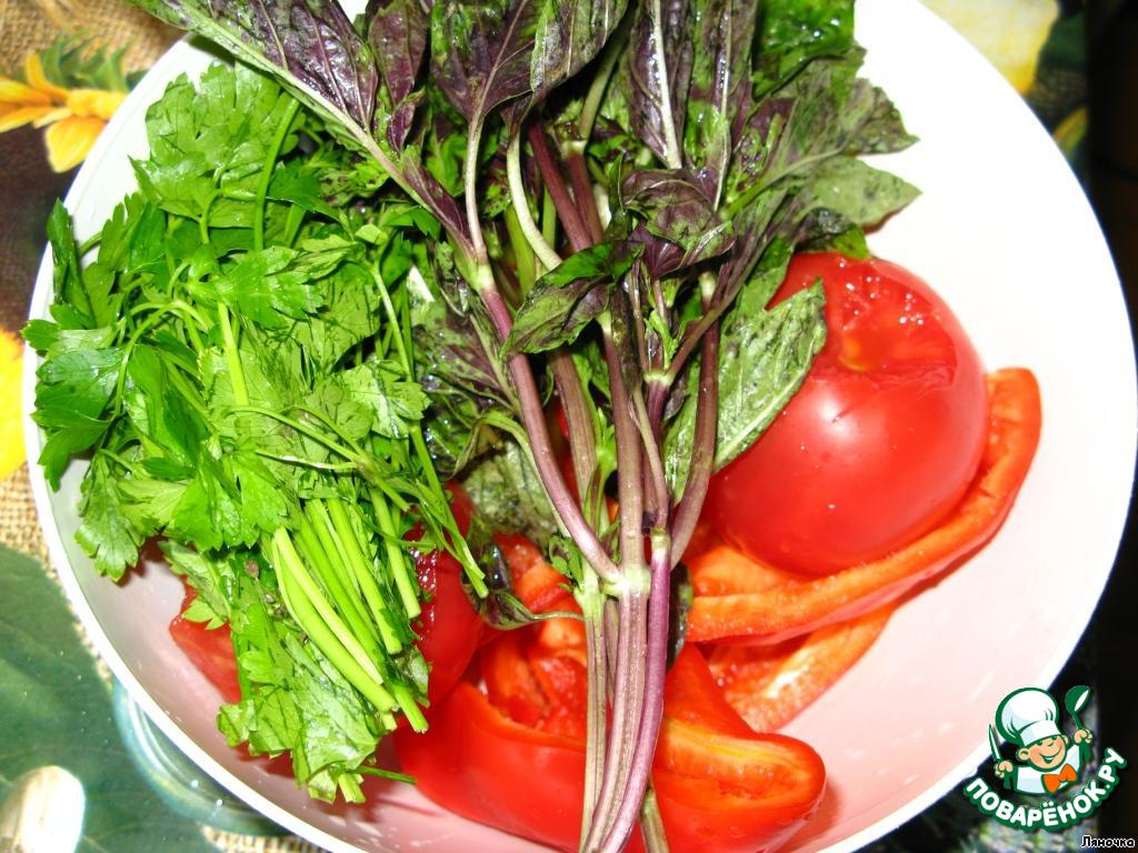 Зелень вымыть и немного обсушить. Помидоры, чеснок, болгарский и острый перец вымыть и почистить.