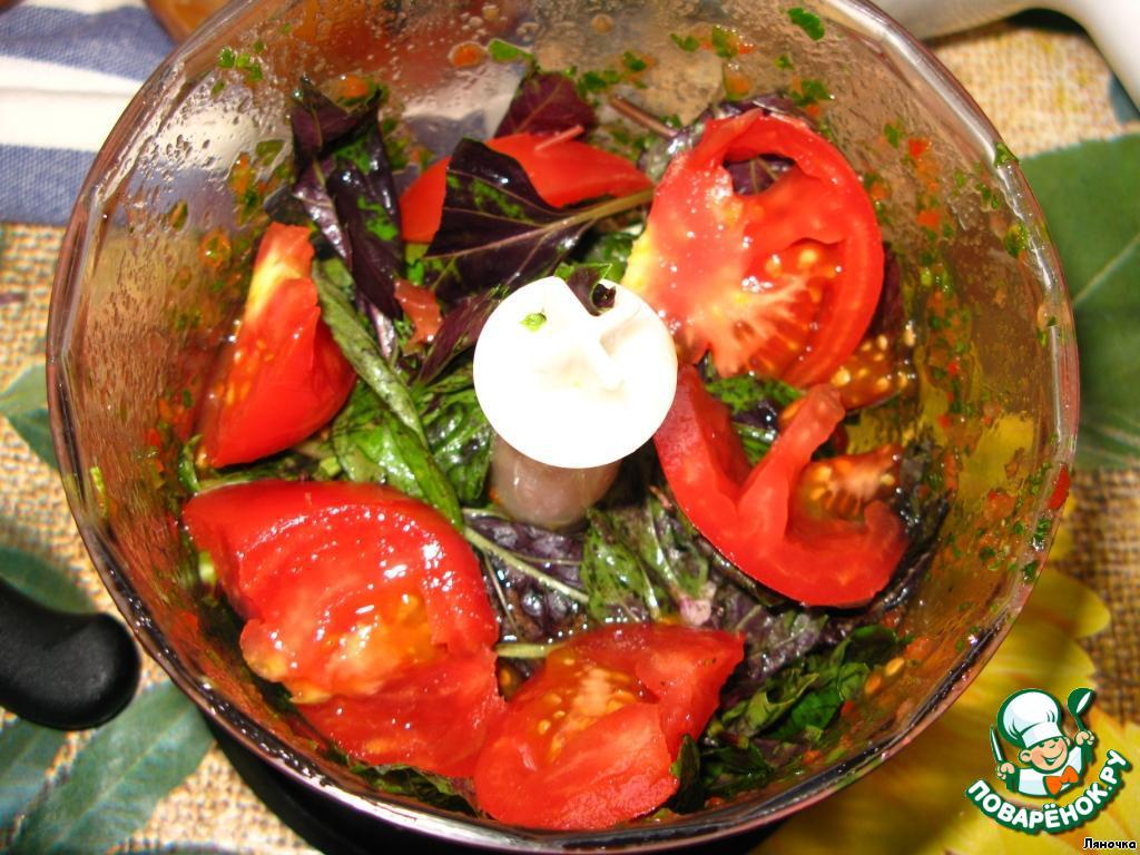 Частями прокрутить овощи и зелень в блендере.   Чтобы зелень и чеснок измельчались равномерно, прокручивайте их вместе с помидорами, так будет легче.    Чеснок по желанию можно пропустить через пресс.