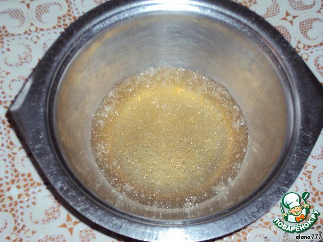 Желатин замочить в 100 мл холодной кипячёной воды для набухания.