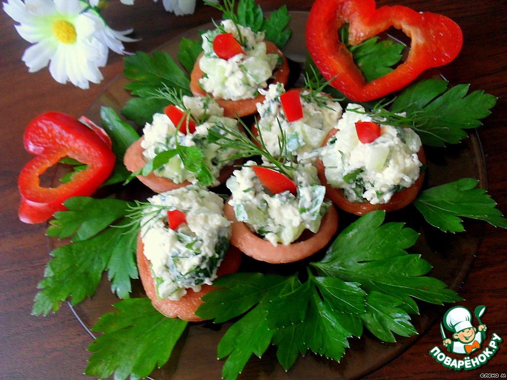 """Наполнить """"тарелочки"""" салатом, украсить болгарским перцем и зеленью укропа."""