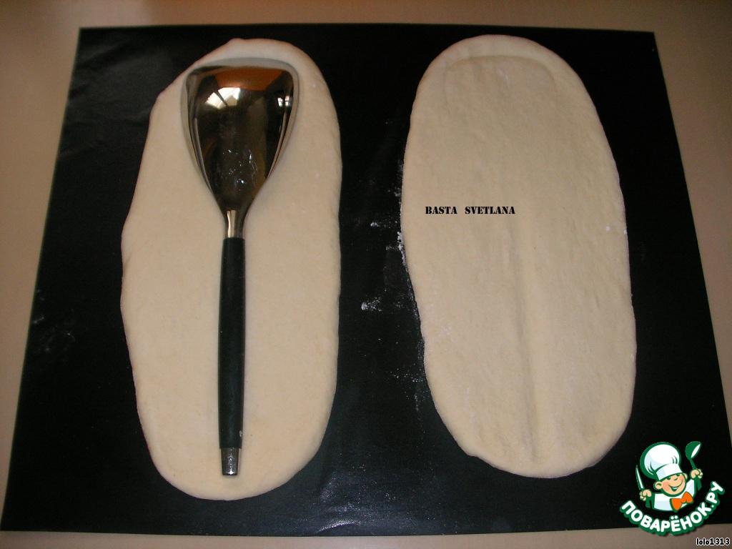 """Приступить к лепке """"столовых приборов"""". Для этого я использовала кухонный нож, большие ложки, чтобы отметить контуры будущих хлебцев."""