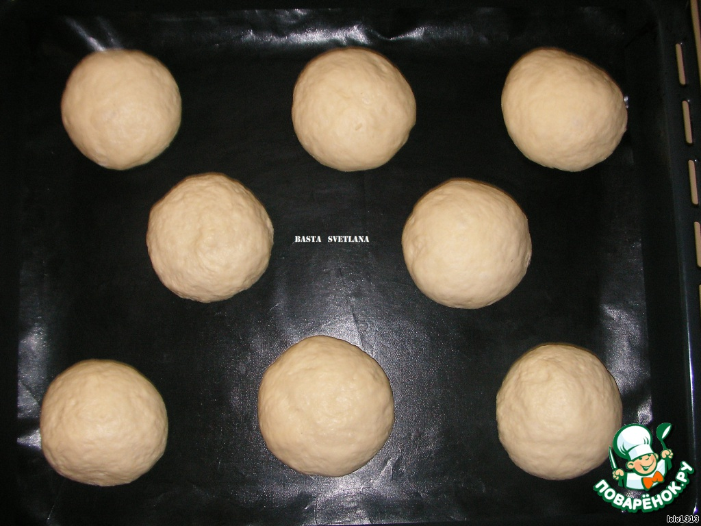 """Весь смысл """"с припёком""""заключается в том, что cамые обычные булочки сверху покрываются слоем рисовой смеси, а затем уже запекаются в духовке."""