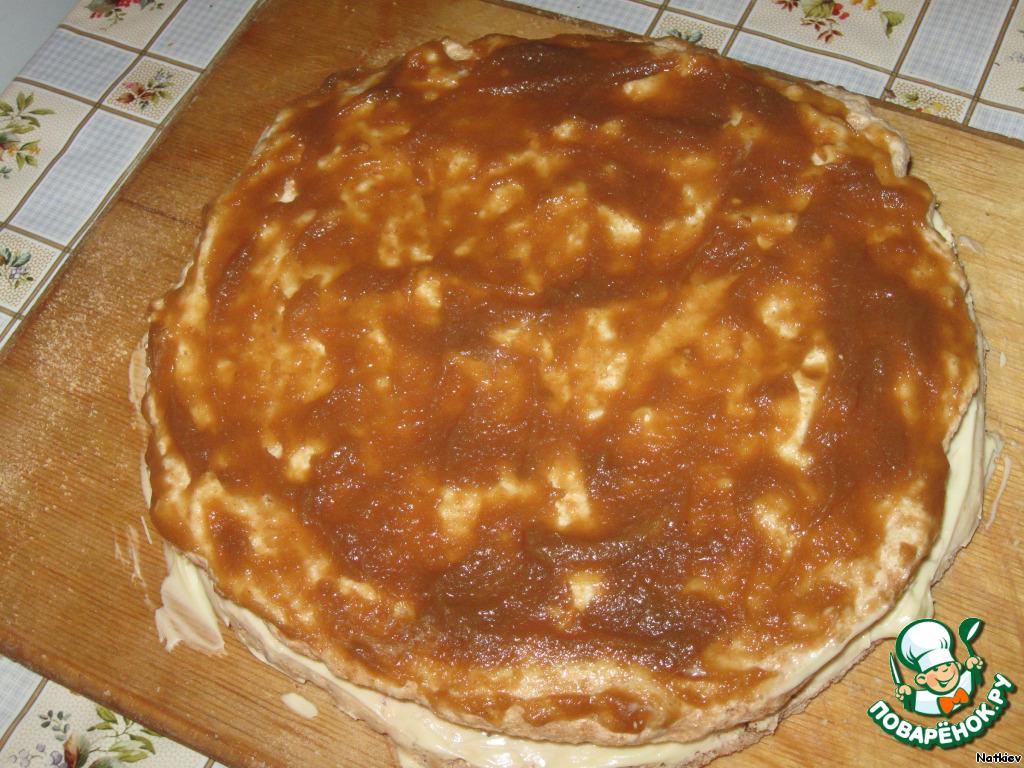 Второй корж смазываем яблочным повидлом. Это очень важно, повидло дает кислинку и аромат.