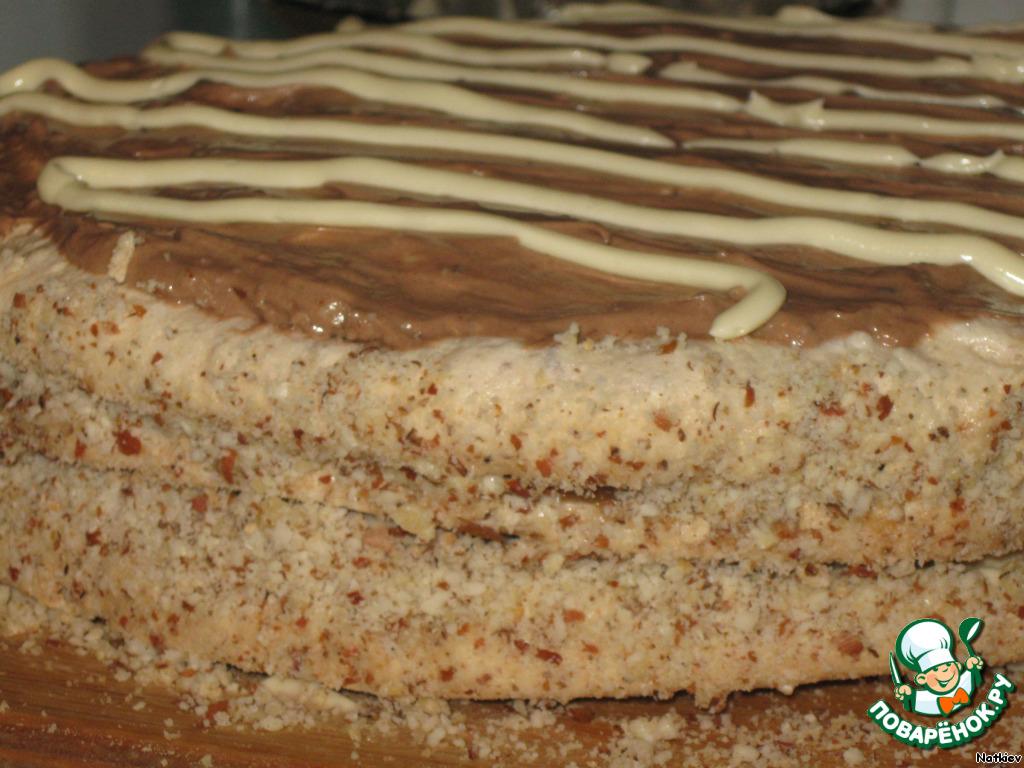 Верх торта смазываем шоколадным кремом, бока обсыпаем арахисом (он у нас останется). Украшаем сливочным кремом. В оригинале рисуется ветвь цветущей яблони. Если вы решите так украсить, то крема надо будет приготовить больше. Я не большой мастер украшений так что вышло так...
