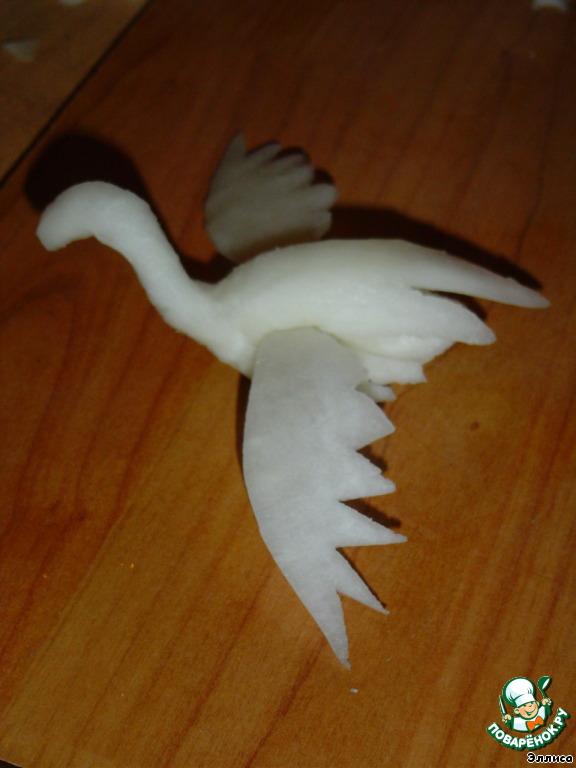 По бокам тельца делаем надрезы и в них вставляем крылья.