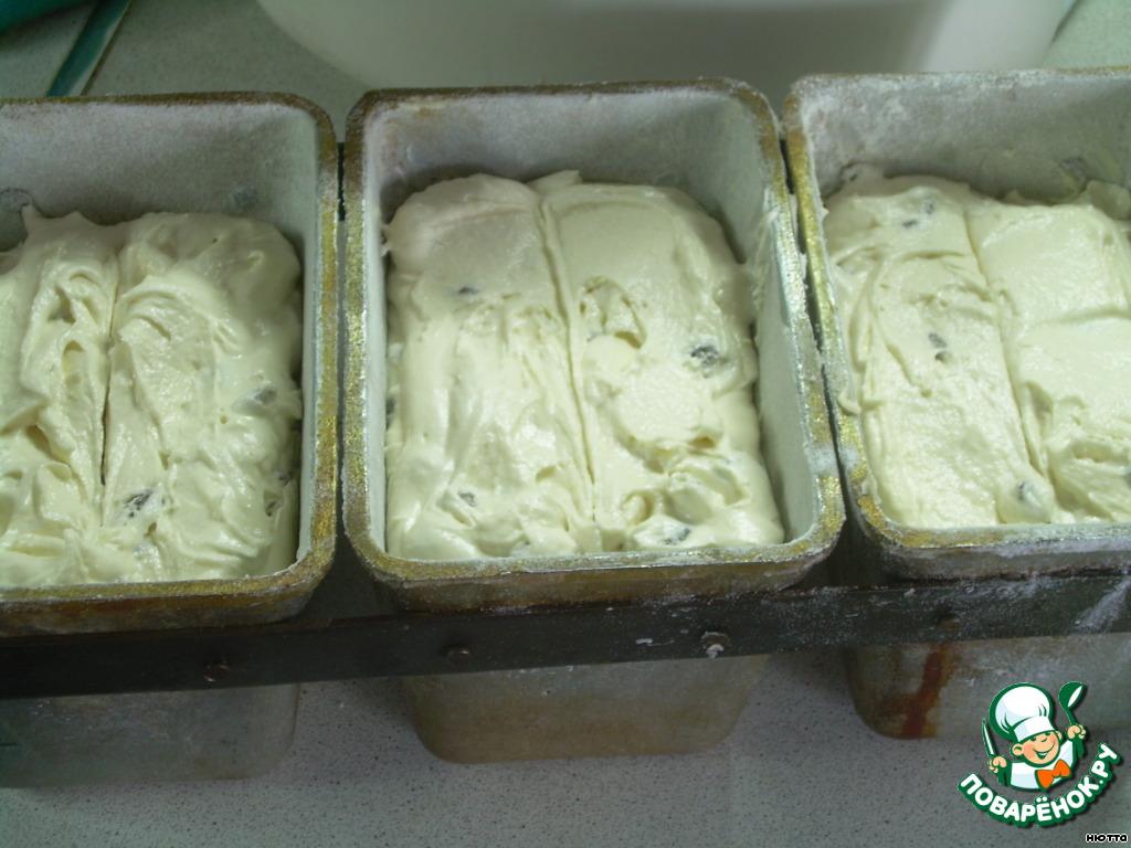 Добывляем изюм в тесто... берём формы (лучше прямоугольные), у меня тройные формы для хлеба, хорошенько смазываем маслом сливочным и подпыляем мукой, раскладываем тесто по формам, острым ножом делаем вдоль кексов насечку, если тесто замешано правльно, разрез не оплывает...