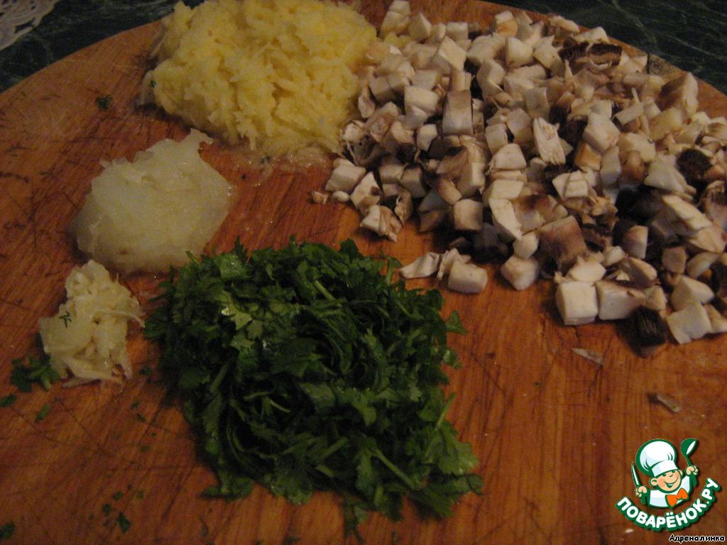 В это время:   картофель очистить, вымыть и натереть на мелкой тёрке,    лук очистить, вымыть и натереть на мелкой терке,    шампиньоны порезать маленькими кубиками,    зелень порубить,    чеснок пропустить через чесночный пресс.