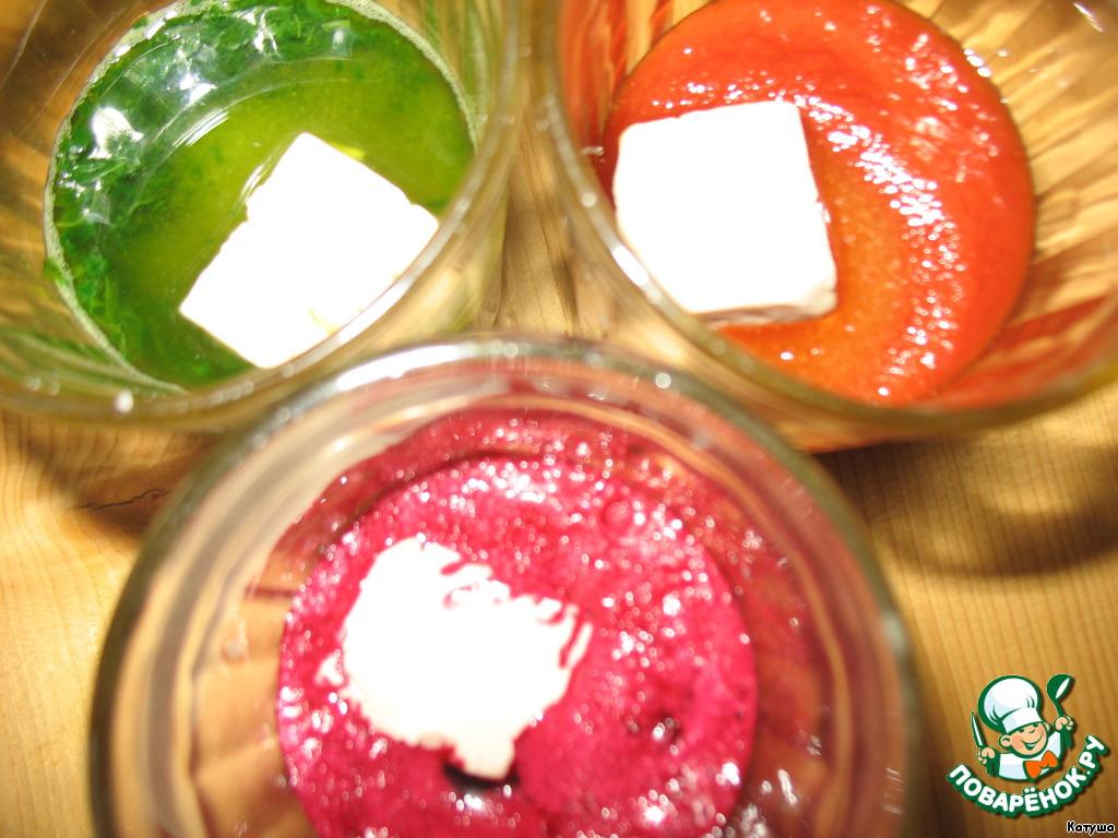 В каждый стакан кладём по 1 ст. л. сахара и 10 гр. свежих или 3/4 ч. л. сухих дрожжей. Перемешиваем.