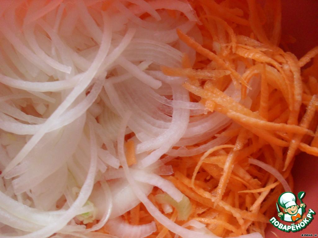 Лук нарезать тонкими полукольцами, морковь натереть на терке для корейской моркови.