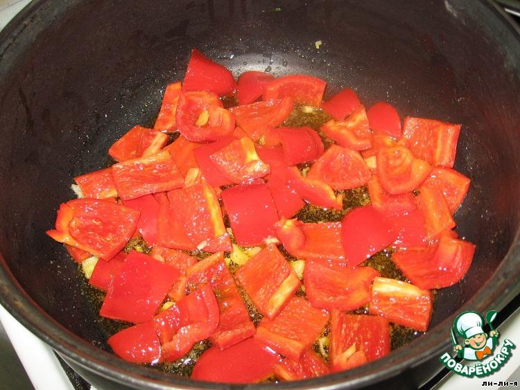 Налить оливковое масло в кастрюлю с широким дном и добавить чеснок и зиру.   Они должны отдать аромат оливковому маслу. Когда масло разогреется, добавить     красный перец и жарить 5 минут.