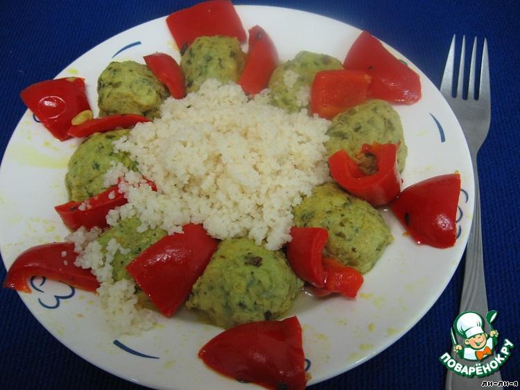 На тарелку выкладываем кус-кус горкой, вокруг него - тефтели и красный перец. Полить соусом.   Готово! Приятного аппетита!!!
