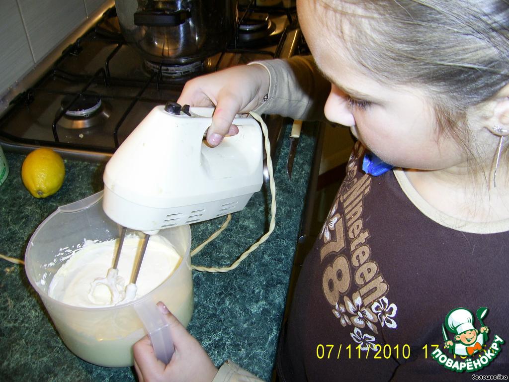 Растопленный маргарин, яйца и сметану взбить миксером.    Этим занята моя внучка Эвелина.