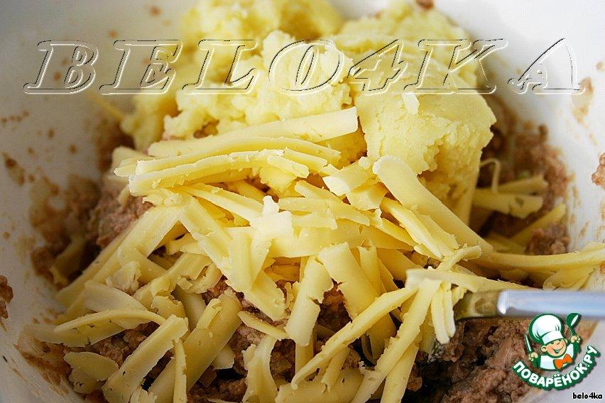 Картофель пюрировать, сыр натереть на терке (мне больше нравится на крупной, тогда он ощущается в паштете), смешать с печенью.