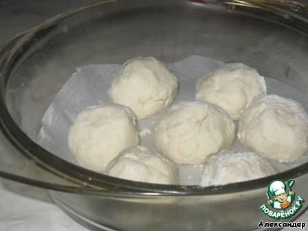 Для творожных шариков нужно смешать творог, 2 ст.л. сахара, одно яйцо и 2 ст.л. муки. Скатать, обваляв в муке, и выложить в форму на бумагу для выпечки.