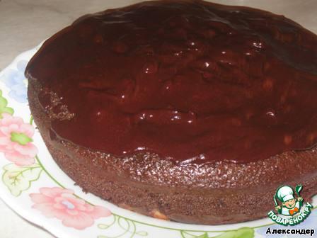 По готовности пирога, дать ему остыть и смазать глазурью или шоколадом.