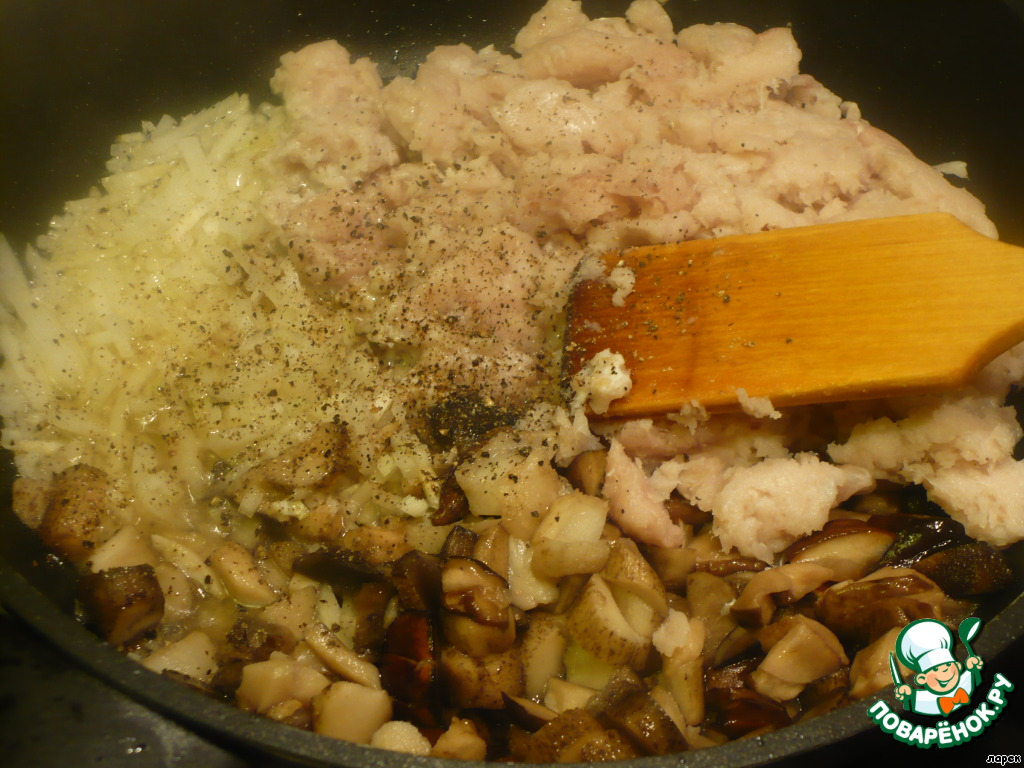 Соединить все вышеперечисленное в сковороде, поперчить, посолить и поджарить до готовности рыбного фарша.