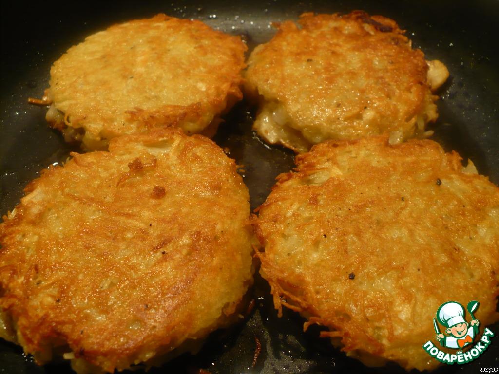 Обжаривать с двух сторон на среднем огне до золотистого цвета. Поскольку рыбный фарш уже готовый, это займет не много времени. Нужно лишь прожарить до готовности картофель.