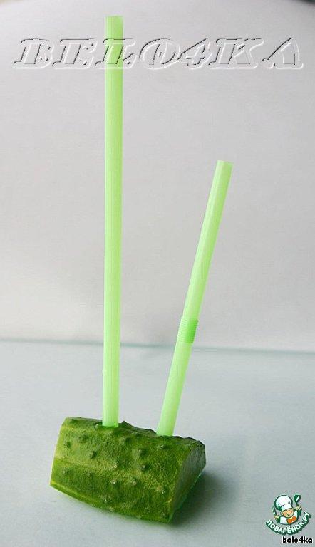 Воткнуть соломинку в половинку огурца (можно взять яблоко, редис, половинку морковки) для устойчивости будущей конструкции.