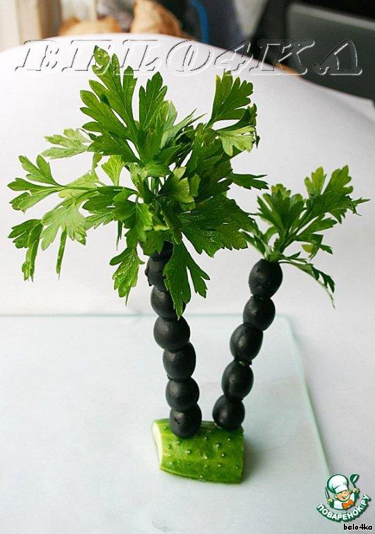 """В дырочку верхней маслины аккуратно воткнуть петрушку.   Вот и всё!    Осталось только """"прикопать"""" деревце в салат."""