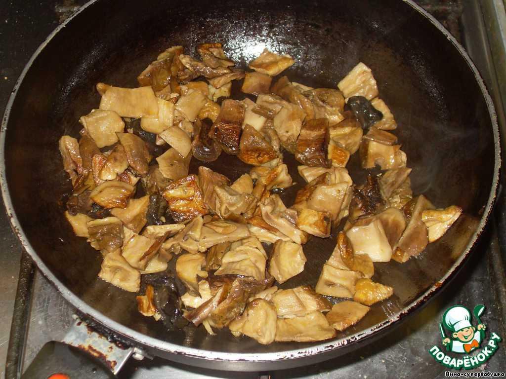 Слегка обжарить на растительном масле (можно и не обжаривать, но так ароматнее).