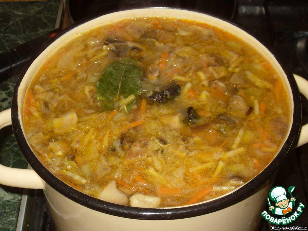 В последнюю очередь добавить капусту, посолить, если требуется, положить лаврушку и варить на слабом огне до готовности овощей.