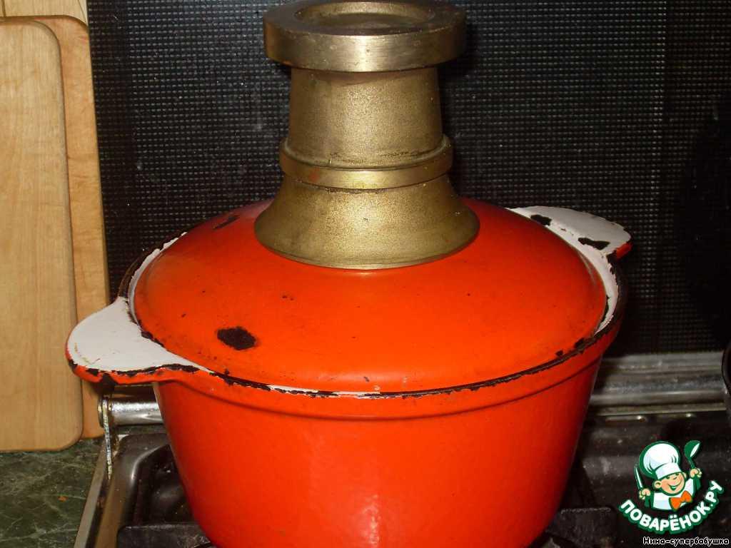 Накрыть плотно прилегающей крышкой (я еще прижимаю тяжелой ступкой) и уменьшить огонь до минимума.    Варить рис, пока он не впитает всю жидкость (белый – 15-20 минут, коричневый – до 25 минут).