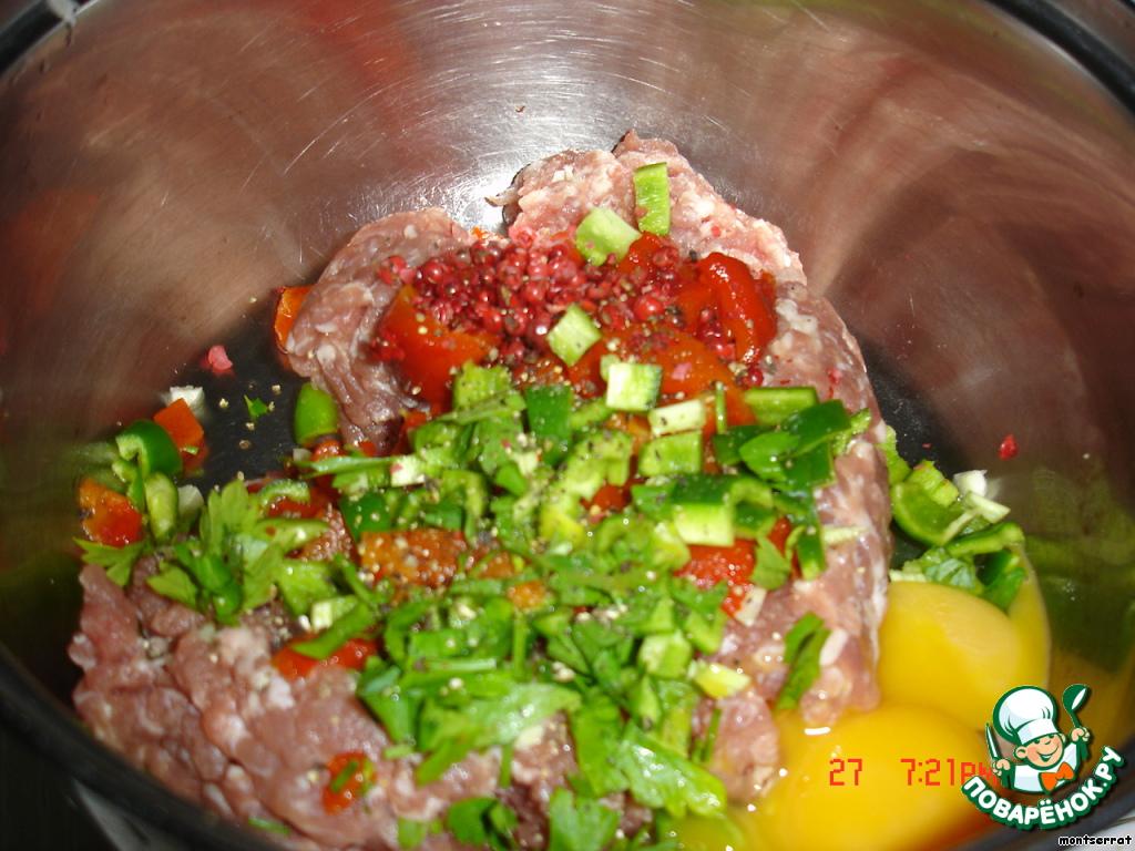 К мясному фаршу добавила специи, мелко нарезанный перец и зелень, для вязкости добавила яйцо, хорошо вымешала.