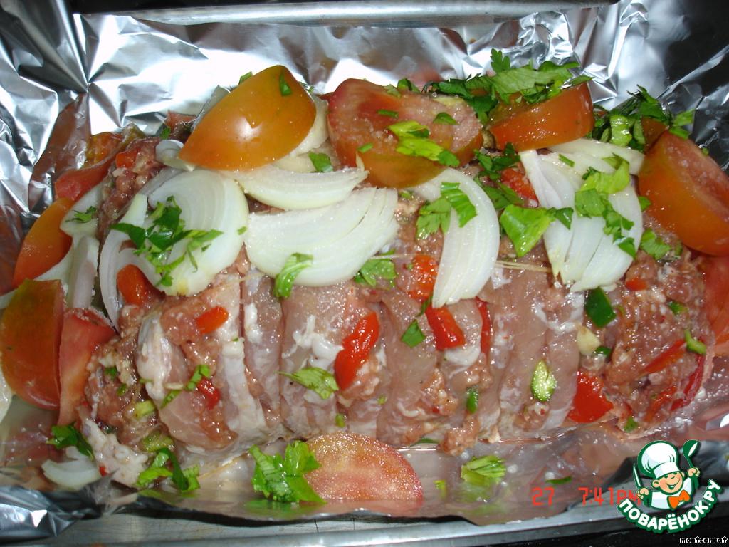 Лоток для запекания застелила фольгой, поместила мясо, сверху добавила нарезанные овощи, полила маслом, завернула в фольгу и запекла в духовке в течение 45 мин.