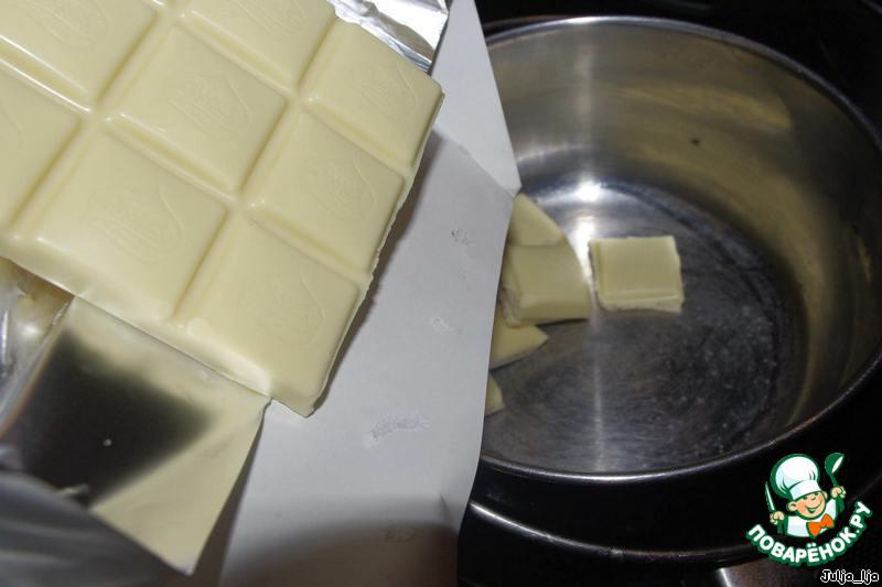 Пока застывает, топим на водяной бане белый шоколад.