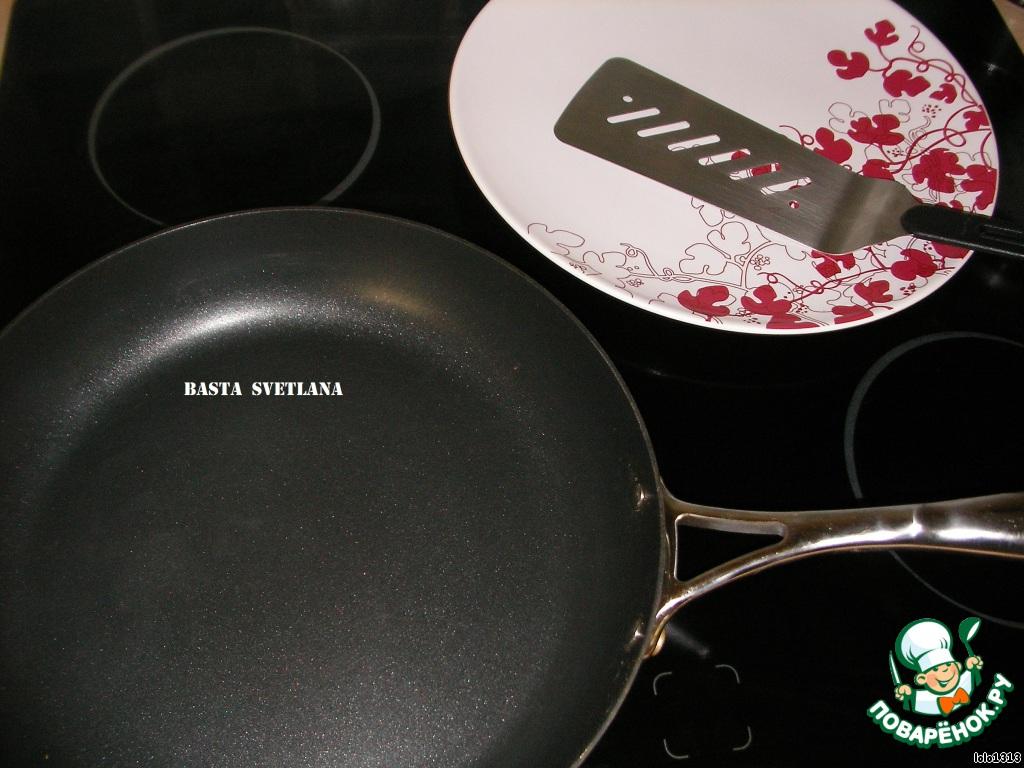Сковороду поставить на огонь, раскалить её и добавляем несколько капель растительного маслa.