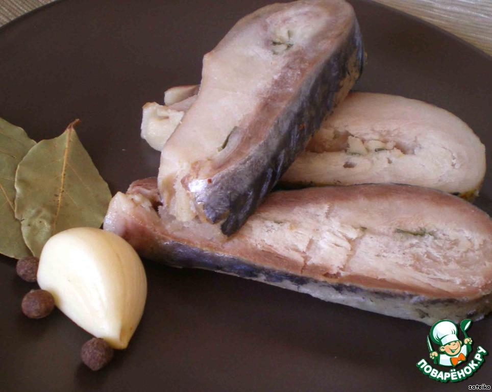 И вот, наконец, все готово. Замерзшую скумбрию достаем, режем на кусочки (очень острым ножом), кому какие нравятся, даем оттаять и кушаем: с картошкой, на хлебушек, с зеленью, под рюмочку, а то и просто так.