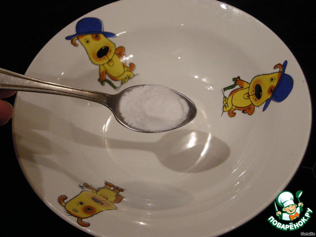 Чайную ложку соды с верхом погасить кипятком.