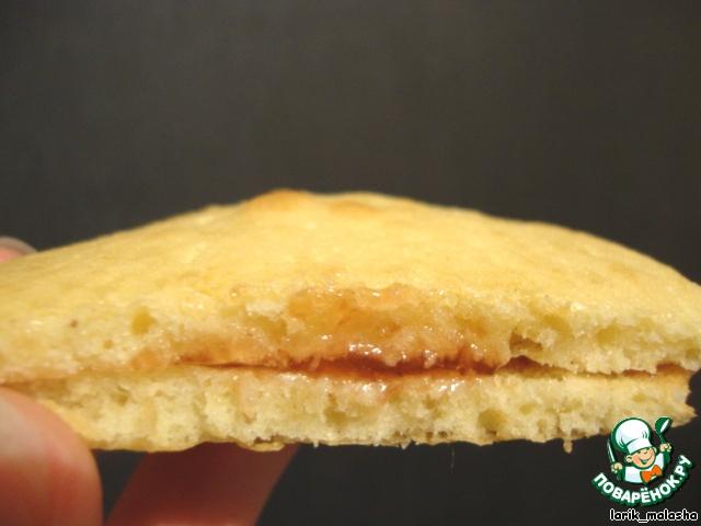 Когда печенье остынет, склеить 2 печенья плоской стороной вареньем или сгущенкой.