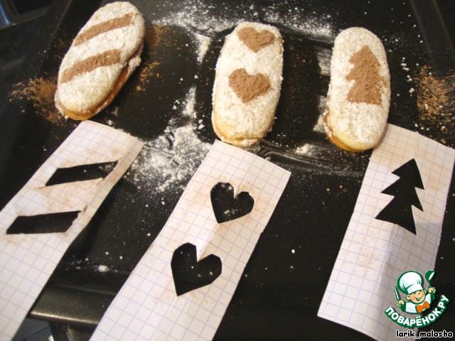 Можно пойти еще дальше: вырезать из бумаги фигурки и обсыпать печенье через них какао.