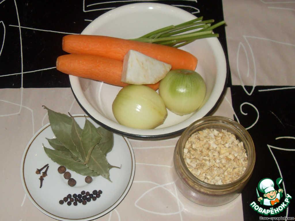 Приготовить продукты и специи: почистить морковь, лук и сельдерей. Если есть корень петрушки, можно использовать и его. У меня была сушеная петрушка.