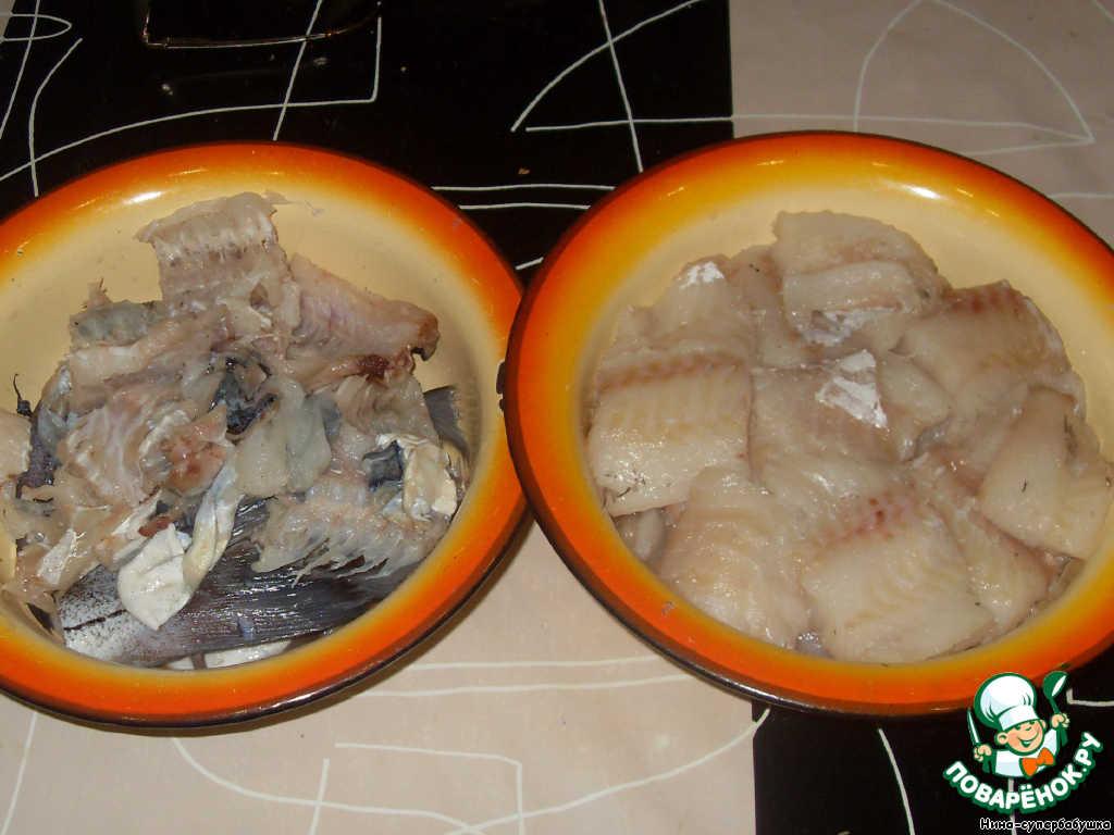 Рыбу (я беру одну крупную или две средних пикши) почистить и разделать на филе без кожи. Ничего не выкидываем, все отходы тщательно собираем в отдельную миску: чешую, плавники, кожу, кости, хвостик...