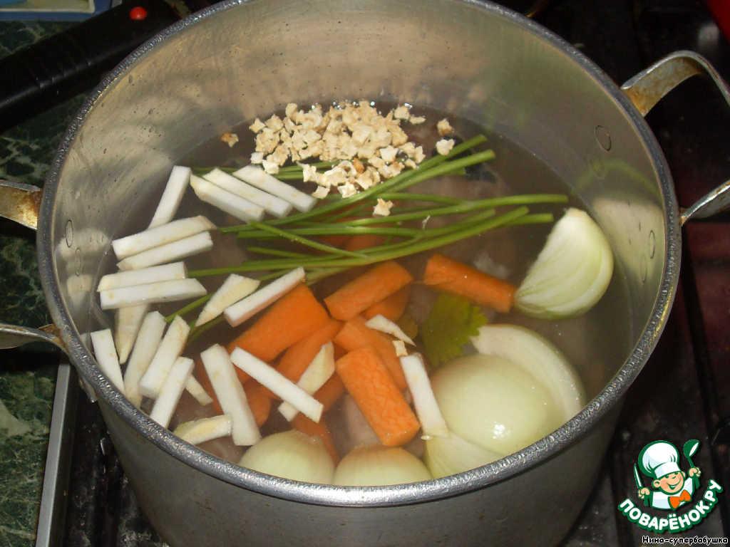 В кастрюлю сложить все отходы, добавить морковь, нарезанную на кусочки, лук, нарезанный на четвертинки, сельдерей и коренья, если они есть, и стебли от петрушки (зелень пойдет на украшение). Залить холодной водой ( примерно 1500-1700 мл). Довести до кипения и варить на очень маленьком огне, чтобы едва кипело, один час.