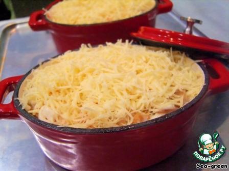Сыр натереть на мелкой терке и обильно посыпать сверху.       Поставить формочки в разогретую духовку на 10-15 минут (крышкой не накрывать), чтобы сыр хорошо расплавился, но не зажарился.
