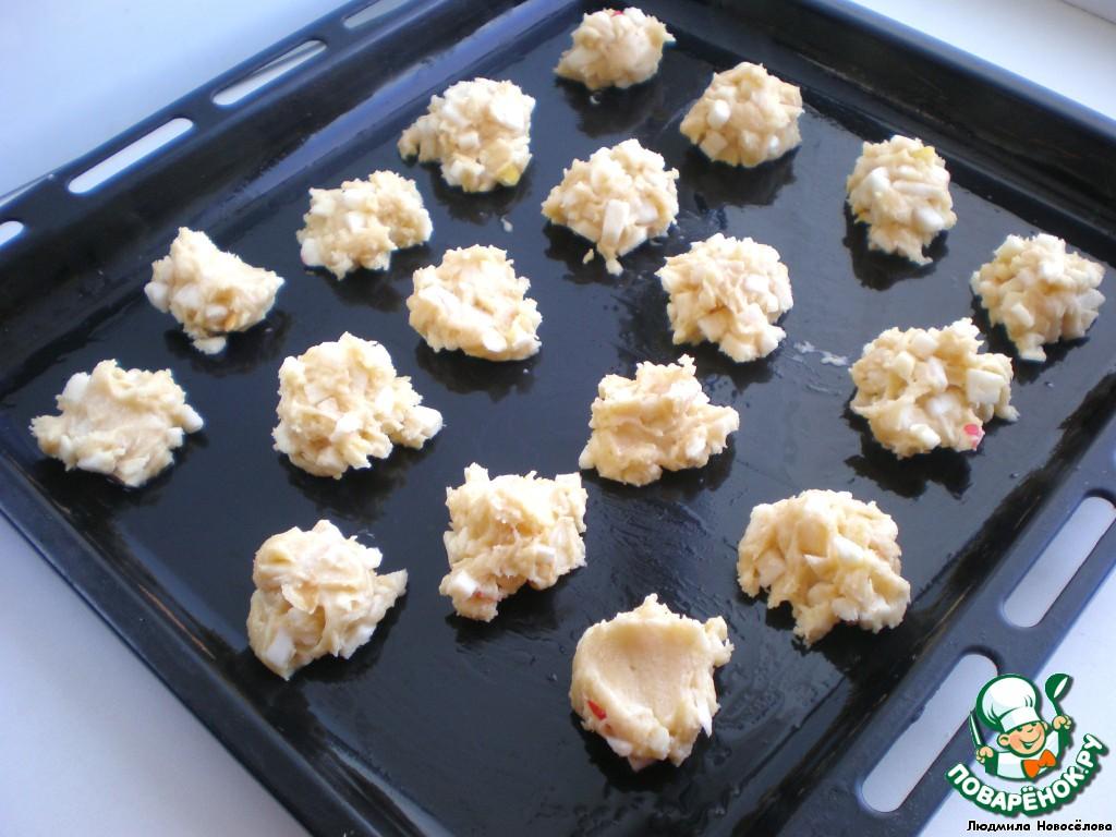 Противень смазать растительным маслом и ложечкой выложить тесто.   Отправляем в духовку на 10-15 минут. Печенье должно схватиться, но само остаться мягким.